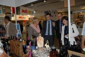 Gospođa Danuta Nowacka iz hrvatskog konzulata prezentira distributerima hrvatska vina